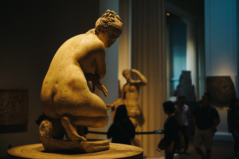 入浴のヴィーナス(Marble statue of a naked Aphrodite crouching at her bath)