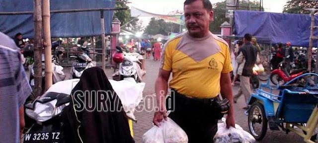 Tak Ingin Hidupi Keluarga Dari Uang Haram, Polisi Ini Keliling Pasar Jual Bumbu Instant Tiap Subuh