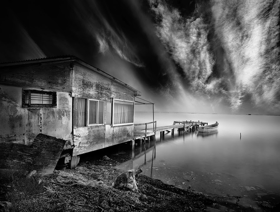 07-Vassilis-Tangoulis-The-Sound-of-Silence-in-Black-and-White-Photographs-www-designstack-co