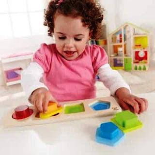 Foto anak bayi asyik bermain