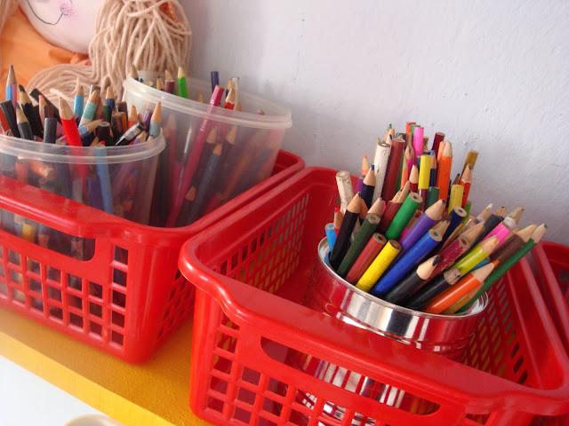 Caixas e latas organizam os lápis