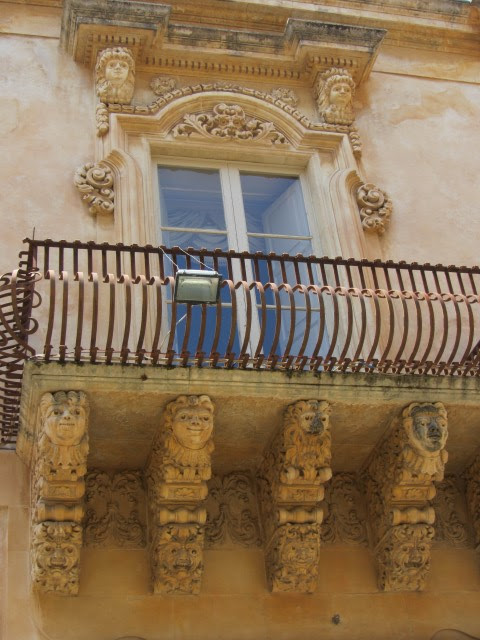 Noto, veel details aan de barokke gebouwen