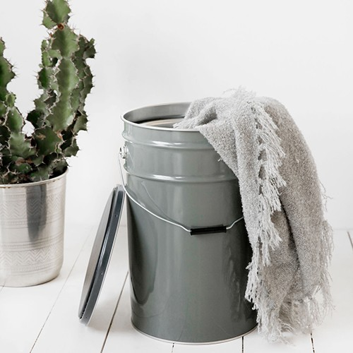 http://www.shabby-style.de/hocker-mit-aufbwahrung-the-bucket-grau