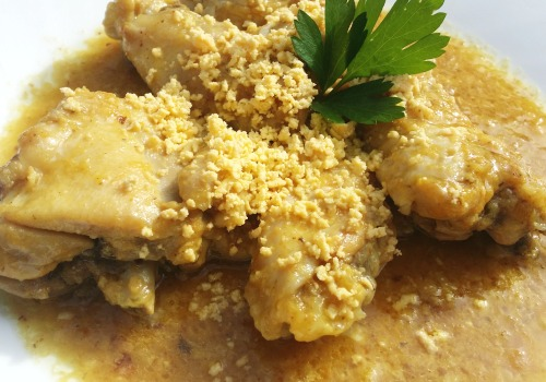 Pollo con una salsa espesa hecha con almendra y ajo
