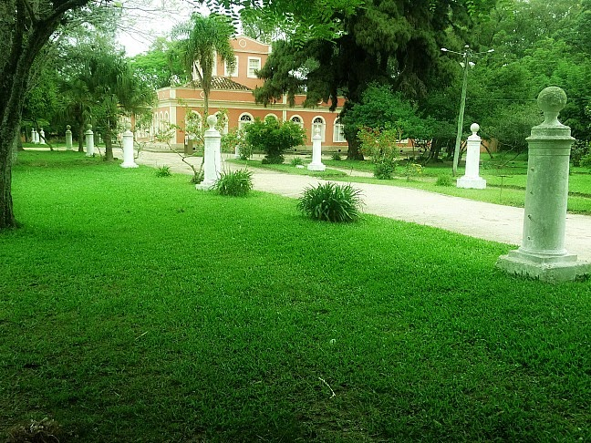 Gramado e árvores no Parque da Baronesa, Pelotas