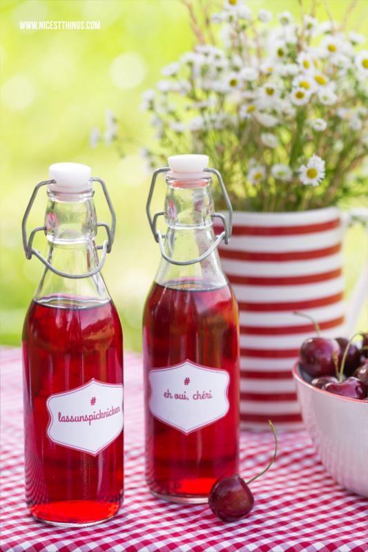 Kirschsaft in Glasflaschen zum Mitnehmen fürs Picknick