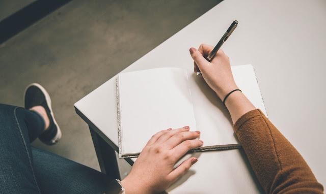 pisanje-pisma-rukom-po-papiru-sveska-prazan-papir-hemijskom
