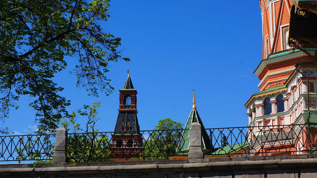 Изображение вида через оградку Храма Василия Блаженного