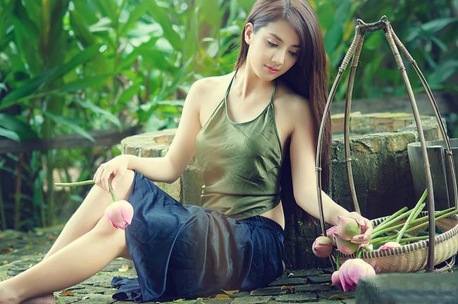 Linh Napie nóng bỏng gợi tình với lưng trần áo yếm