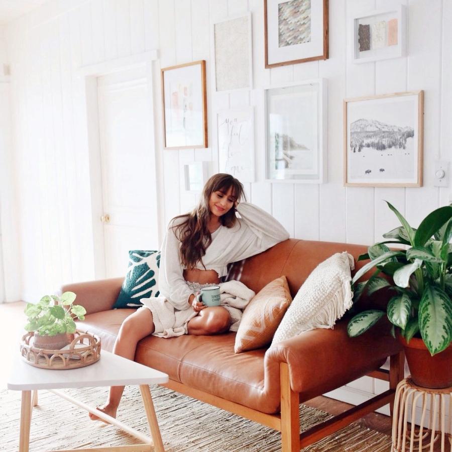 Słoneczny i modny dom w stylu vintage - wystrój wnętrz, wnętrza, urządzanie mieszkania, dom, home decor, dekoracje, aranżacje, minty inspirations, vintage, urban jungle, drewno, naturalne elementy, rośliny, hwiaty, salon, skórzana kanapa, kolor musztardowy, grafiki, galeria, drewniana łąwa, kwietnik, drewniane półki