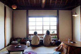 Dos chicas sentadas de espalda al estilo japonés