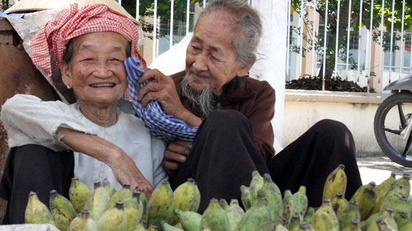 Là vợ chồng, chỉ mong ước được như ông bà cụ 80 tuổi này