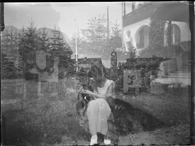 Doppelaufnahme einer Plattenkamera - Frau mit Hund in einer Straße und Foto vom Hotel - um 1914-1920
