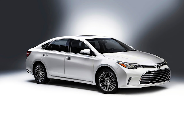 Front 3/4 view of 2016 Toyota Avalon
