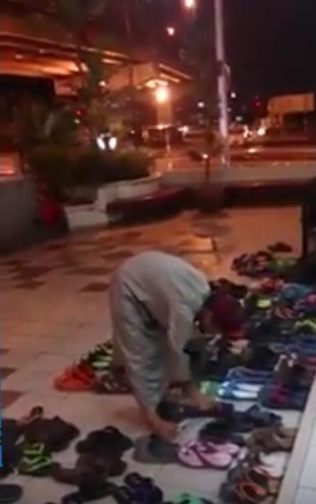 Remaja baik hati, susun kasut jemaah masjid