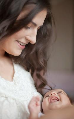 Mutter und Baby lachen sich an