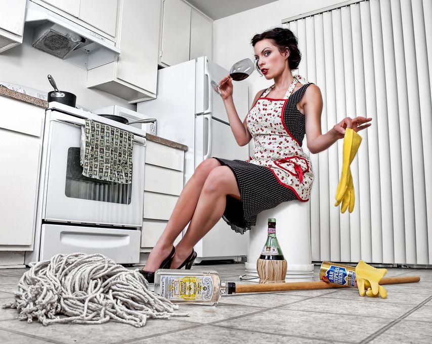 Красивая хозяйка дома и уборщица доводит оргазма