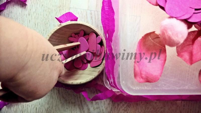 Przenoszenie szczypcami - Montessori
