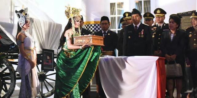 Bupati Purwakarta menerima bendera Merah Putih dari sosok Nyi Ratu Kidul