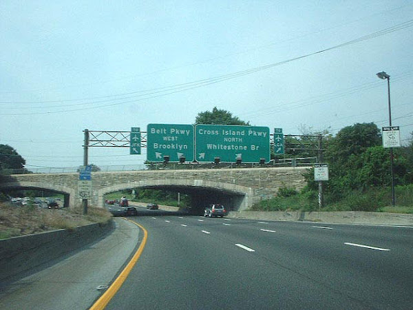 連接紐約布魯克林與長島間的Southern State Parkway,由圖可見上跨橋高度無法容許巴士通過。原圖來自Flickr,作者Doug Kerr。