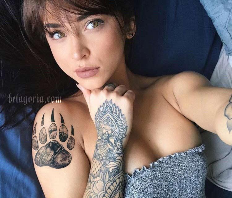 Imagen de una linda mujer con tatuaje de osos en el hombro