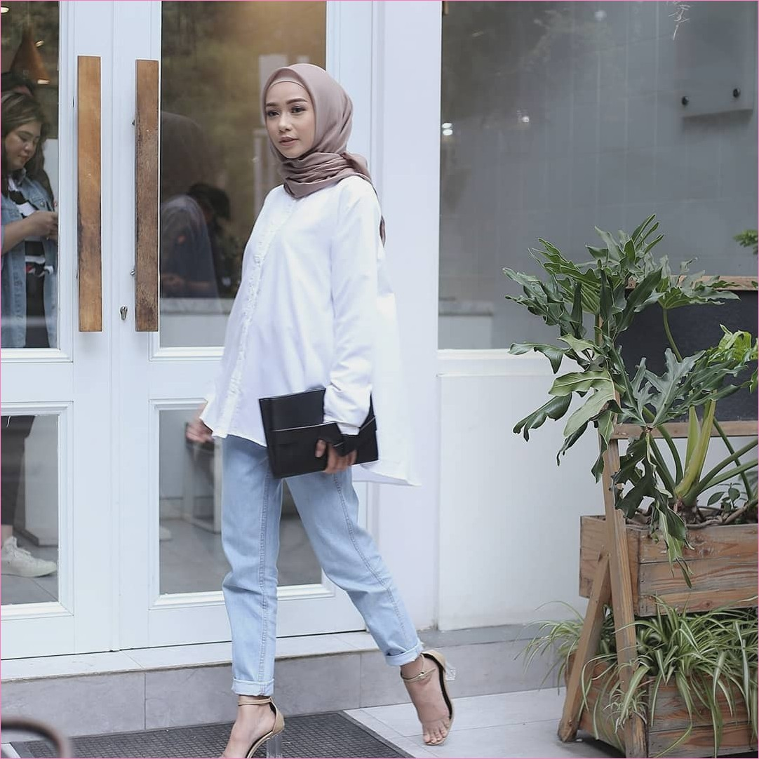 Outfit Celana Jeans Untuk Hijabers Ala Selebgram 2018 blouse kemeja putih dompet clutch hitam kerudung segiempat hijab square krem tua pants jeans denim wedges high heels coklat muda ciput rajut ootd trendy