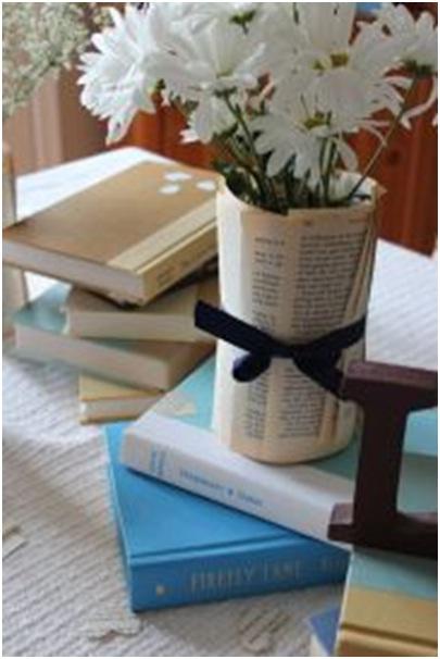 14. Buku bekas jadi vas bunga.