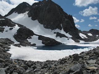 Der noch zum Großteil von Eis bedeckte Lake Catherine; dahinter Mount Ritter