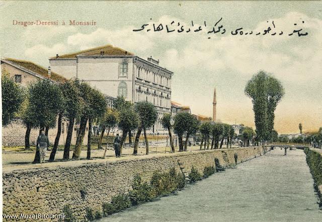 Гимназијата и реката Драгор на разгледница од 1910 година.