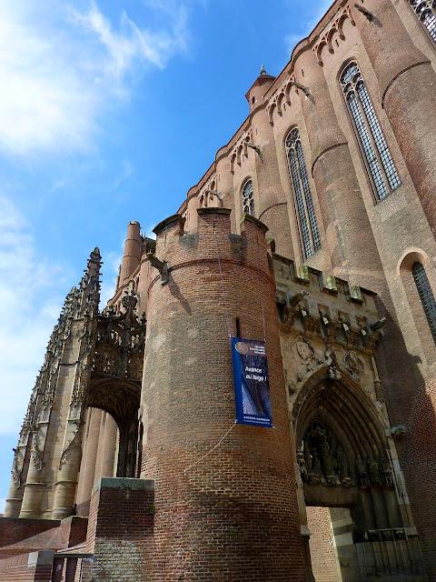 Acceso a la Catedral de Albi por la antigua muralla