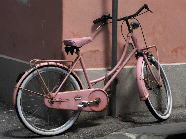 Pink bicycle against a pink wall, via delle Galere, Livorno
