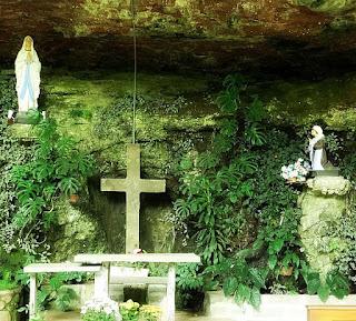 Imagem de Nossa Senhora de Lourdes, dentro da Gruta Nossa Senhora de Lourdes, em Caxias do Sul.