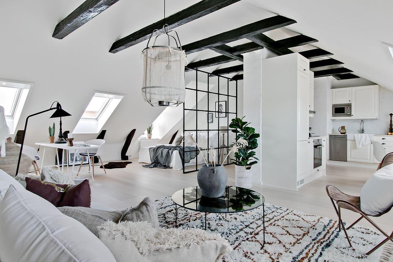Bucătărie, living și dormitor în aceeași cameră într-o mansardă de 56 m²