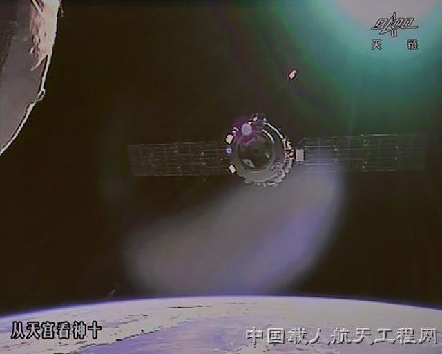 Tàu vũ trụ Thần Châu 10 đang tiến gần đến Trạm Không gian Thiên Cung 1. Một camera gắn bên ngoài một module ở trạm Thiên Cung 1 ghi lại hình ảnh tàu vũ trụ Thần Châu 10 đang tiến gần đến và để tiếp cận với trạm trong sứ mệnh kéo dài 15 ngày vào tháng 6 năm 2013. Hình ảnh: China Manned Space Engineering.