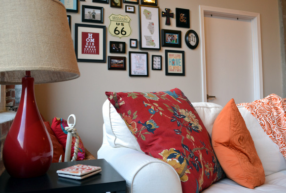 This decorated living room with pops of color and wall art is so cute.