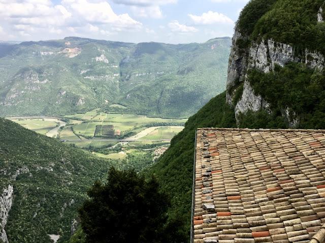 Santuario Madonna della Corona - výhled od údolí Val'Adige