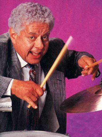 Foto de Tito Puente tocando el timbal
