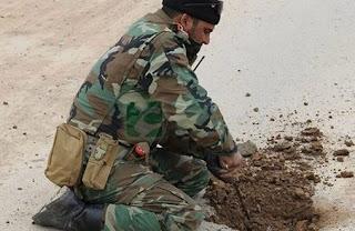 الفرقة 16 في الجيش العراقي ترفع مئات العبوات الناسفة لتأمين خروج المدنيين من آخر أحياء الموصل  القديمة