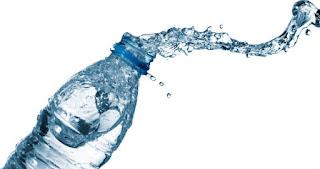 botellas-de-agua-mineral-o-purificada-para-hidratarse
