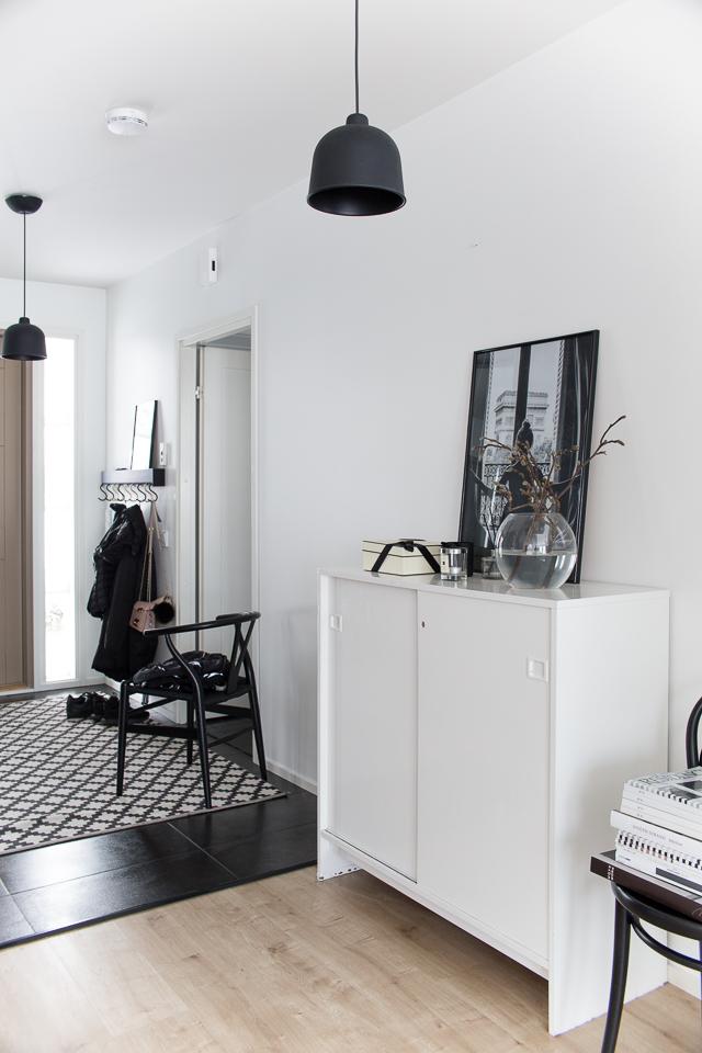 Villa H, eteisen sisustus, magnolian oksa, interior design, y-tuoli