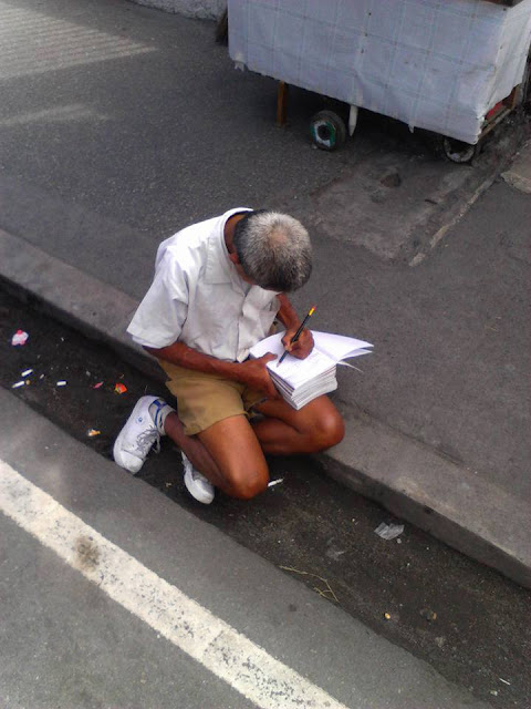 LOOK! This Netizen Saw a Grandpa Wearing an Elementary Uniform and Carrying Notebooks But You Probably Won't Guess the True Story Behind His Photo!