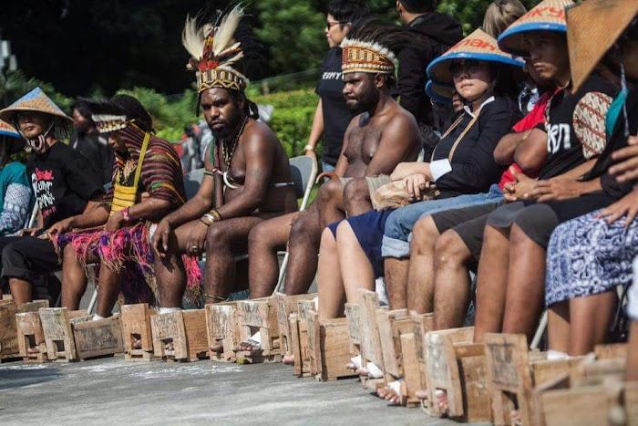 Ini Foto Aktivis Aliansi Mahasiswa Papua Peduli Kendeng, Cor Kaki