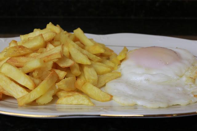 Patatas fritas perfectas con huevo frito de ganso