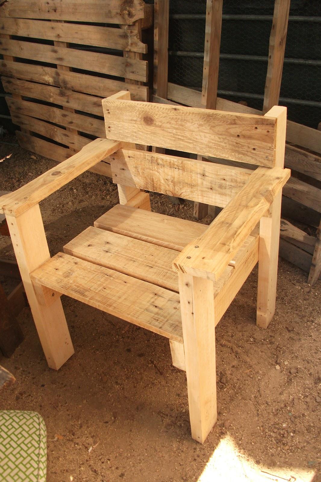 Renovarte con palets para el descanso os ponemos ideas de sillones butacas esquineros - Sillas hechas con palets ...
