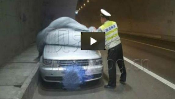 Astagfirullah...!!!!!! Melihat Mobil Tertutup Terpal Di Jalan Tol, Polisi Ini Pun Mengeceknya, Saat Di Buka Terpalnya Dan Betapa Terkejutnya Polisi Ini Melihat Di Dalamnya…