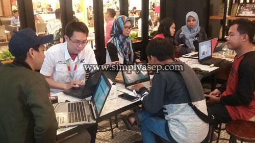 COACHING : Analis Astra Motor, Suyanto (Kemeja Putih) mendampingi para blogger Kalbar dengan coaching ciinic pengeloaan akun di website tempat pubikasi online tulisan mereka. Foto Asep Haryono