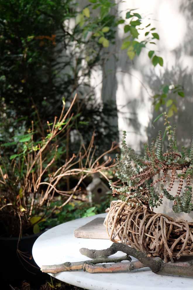 Gartenbett, wetterfeste Matratze, DIY, Terrasse mit Natursteinplatten, Outdoorbed, Bett im Garten, Herbst, Minza will Sommer