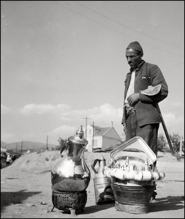 Крымский татарин-торговец чайниками, 1943 год