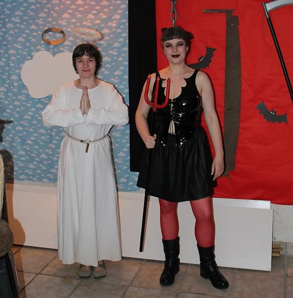 Hana und Nria im Engels- und Teufelskostüm