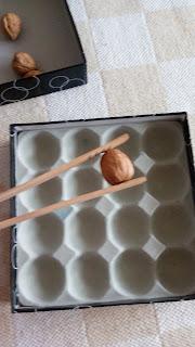 zabawy ze szczypcami dla dzieci metodą montessori